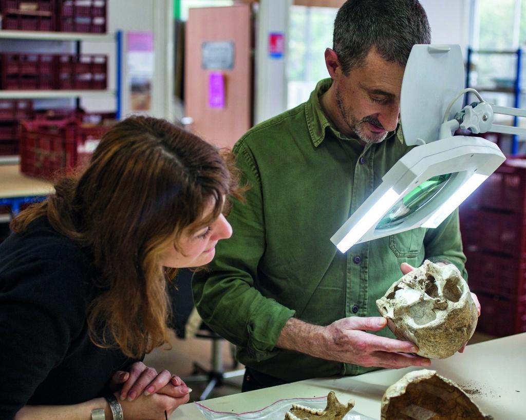 Bruno Boulestin analyse un crâne humain dans le cadre de son métier.